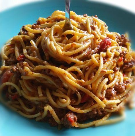 SPAGUETTI A LA BOLOGNESA Deliciosa receta a base de carne molida y tomates en diferentes texturas mezclados con la pasta para que esta se impregne de todos sus jugos....
