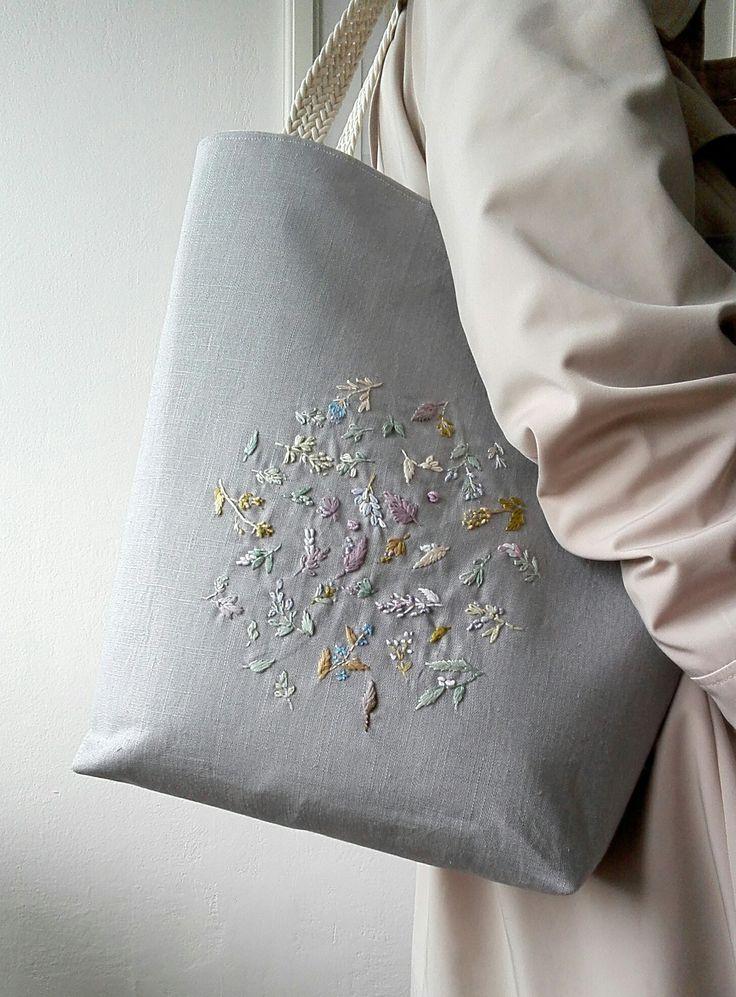 Vyšívaná lněná kabelková taška Ušila jsem lněnou tašku,na kterou jsem vyšila barevné květy. Květiny jsou jemné do šeda laděné, tašce dodají jedinečnost. Je silně vyztužená, ušitá ze 100%lněné látky vyšší gramáže v šedém odstínu, podšívka je nádherná designová bavlněná, s vnitřními kapsičkami. Ucha jsou bavlněná splétaná, délka ucha 47 cm....