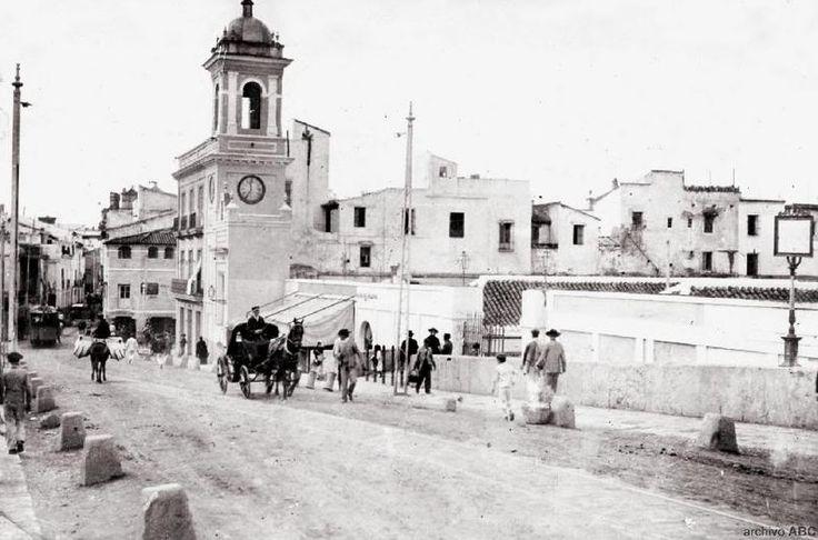 Viajamos aproximadamente hasta 1906... Nos encontramos en el puente de #Triana y observamos la Plaza del Altozano. Al fondo, la calle San Jacinto #Sevillahoy #Historia ¡Buenos días desde http://www.trianaocio.es/!