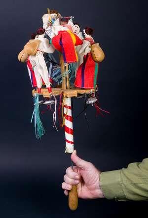 BRINQUINHO  Este curioso instrumento, que procede de la isla portuguesa de Madeira, consiste en unos pequeños muñecos ataviados con el traje regional. Las figuras masculinas llevan una pequeña castañuela a la espalda. Todos ellos están sujetos a un émbolo articulado mediante un ingenioso mecanismo que, manejado con habilidad, hace bailar a los muñecos rítmicamente, mientras que las castañuelas juegan su papel de instrumento de percusión.  En la Península encontramos un instrumento hermano…