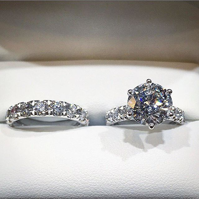 Amazing wedding band 😍 💖 Double tap if you like it ... . . Rings by @jeanpierrejewelers . . #gettingmarried #ring #engagementring #gold #rings #proposal #engagement #gemstone #diamonds #ohwowyes #isaidyes #iloveit #rings #sparkly #diamondring #showmeyourrings #loved #inspo #xoxo #chic #potd #gorgeous #usa #losangeles #rolex #valentino #dior #quartz #whitegold