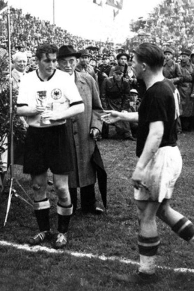 Puskas saluda a Fritz Walter por haberles derrotado (llenos de inyecciones) en la final de Berna 1954.