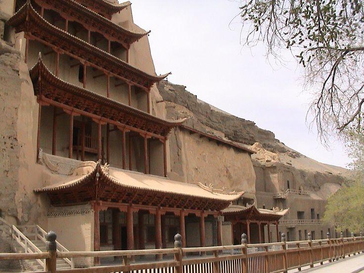 Dunhuang es el nombre actual del mayor enclave artístico y religioso del budismo mahayana de China. Su nombre se alterna con el de Grutas de los Diez Mil Budas (Qianfodong) y Mogao. Con él se hace ...