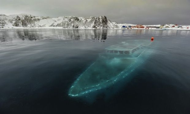 17 Sunken yacht in Antarctica 620x373 33 Beautiful But Scary Abandoned Places In The World