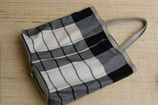 05.-Dubna-Bag-Shopper-folded-tote-Saroong-Tenun-Black-and-white-limited-edition.-High-quality-cow-in-Ivory-Size-13-x-18-cm-folded-Size-38-x-44-x-13-in-cm-.jpg (512×341)