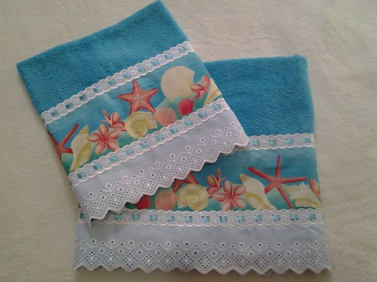 Lindo jogo para presentear sua mãe ou alguém especial! <br> <br>Jogo de toalhas de banho e rosto, com aplicação de barrado de tecido, bordado inglês, passa-fita e fita de cetim. <br> <br>Medida da Toalha de Rosto: 42x72 <br>Medidas da Toalha de Banho: 72x1,32