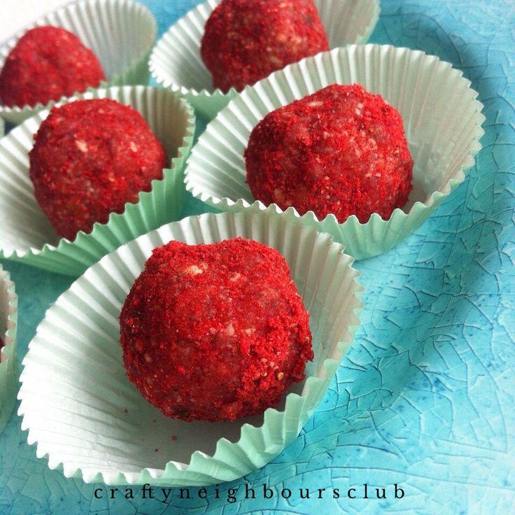 Du suchst ein feines, süßes Snackrezept für dich und deine Familie? Mit nur 3 Zutaten uns in 5 Minuten zauberst du diese Erdbeer-Energiekugeln. Schau mal im Blog vorbei!
