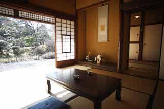明治村の森鴎外・夏目漱石住宅内部です。夏目漱石は、ここで「吾輩は猫である」を執筆しました。文中に描写された家の様子は、猫のためのくぐり戸をはじめ、よくこの家の姿を写しています。