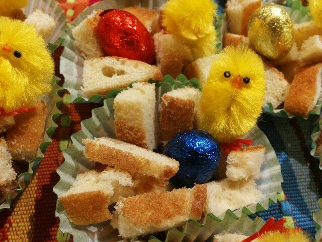 Vogelnestje als paas/ lente traktatie: cupcakepapier met mini stroopwafel onderin, reepjes eierkoek, chocolade eitje en kuikentje.