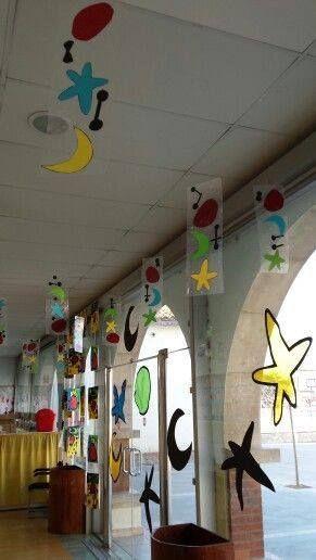 Decora las paredes y ventanas con los trabajos de tus alumnos
