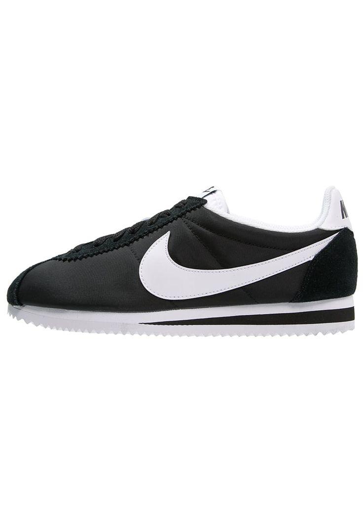¡Consigue este tipo de zapatillas básicas de Nike Sportswear ahora! Haz clic para ver los detalles. Envíos gratis a toda España. Nike Sportswear CLASSIC CORTEZ Zapatillas black/white: Nike Sportswear CLASSIC CORTEZ Zapatillas black/white Ofertas   | Material exterior: cuero/nylon, Material interior: tela, Suela: fibra sintética, Plantilla: tela | Ofertas ¡Haz tu pedido   y disfruta de gastos de enví-o gratuitos! (zapatillas básicas, basic, basico, basica, básico, basicos, casual, cla...