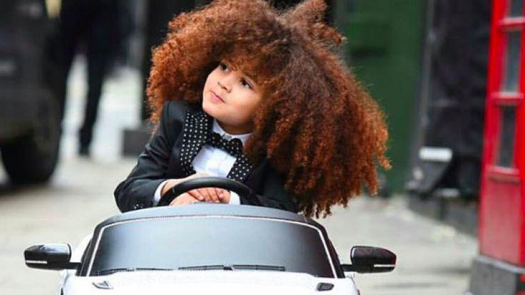 4-jarig jongetje met geweldig haar is catwalk model en rijdt een bazen-whip