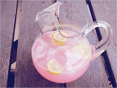 limonada rosa con gotas de jugo de cereza