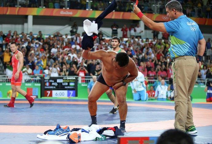 GALERIA - Técnico do atleta Mandakhnaran Ganzorig se desespera a tira a roupa na…