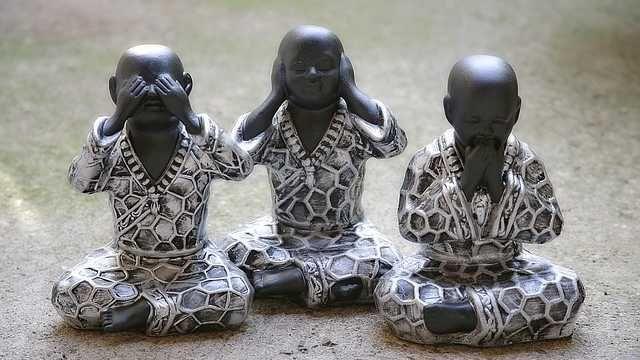 Os Três Senhores do Materialismo do budismo tibetano descrevem o funcionamento do ego. Forma, fala e mente são os meios para estreitar tudo nos muros do ego