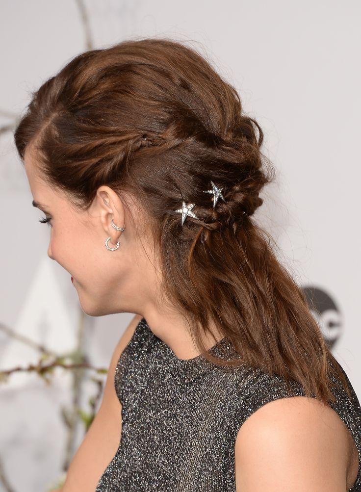 Très jolie coiffure d'Emma Watson faussement improvisée, avec de jolies barrettes étoilées. De vrais bijoux dans les cheveux.