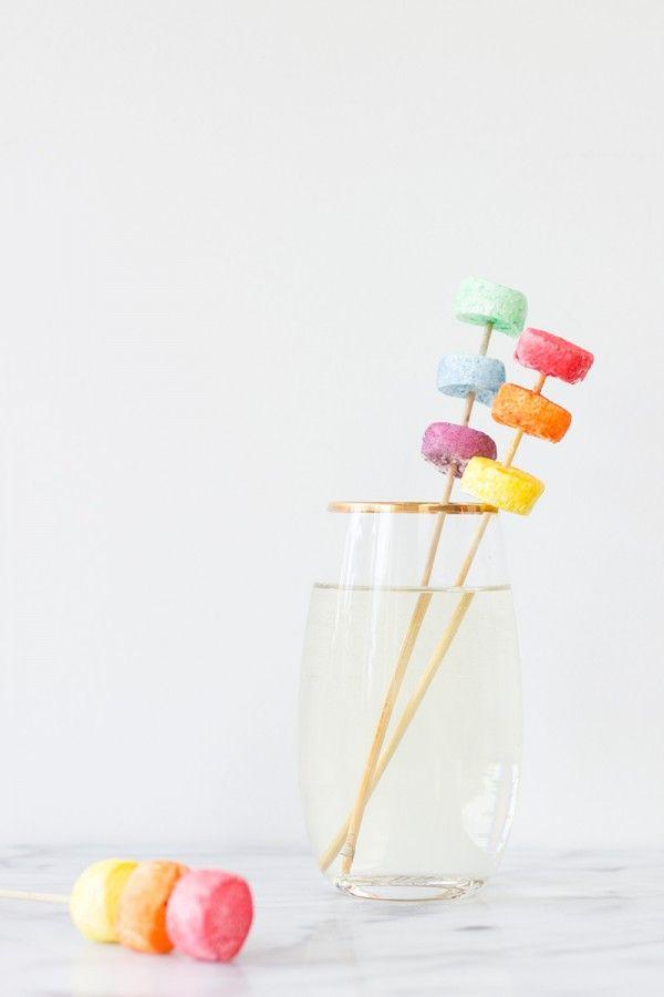 azucar coloreado con colorante alimenticio y un pelin de agua