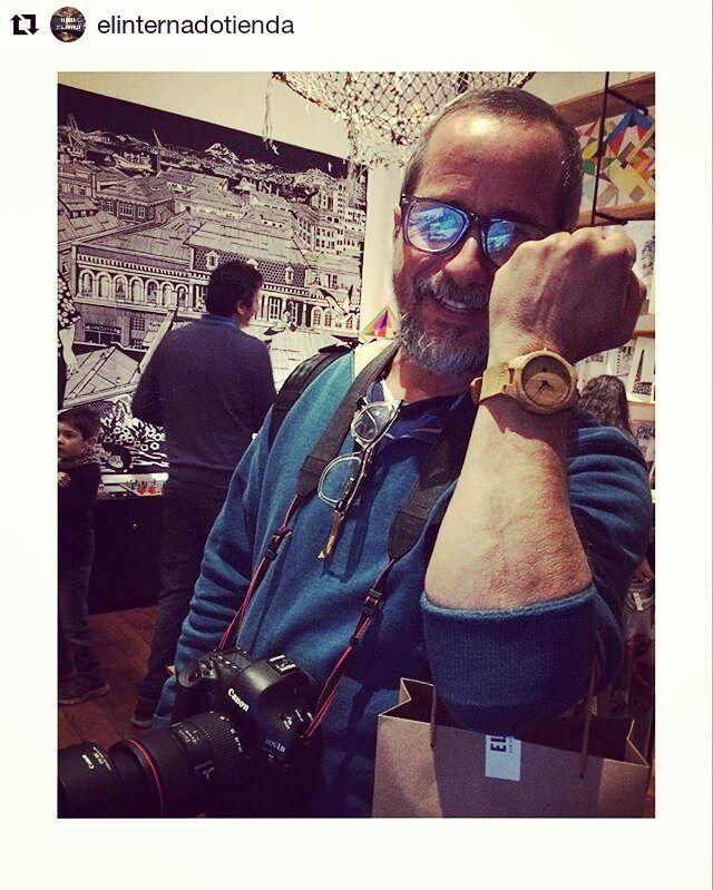Desde @elinternadotienda un cliente feliz con su reloj Castor. Además nos cuenta que no usaba reloj hace años pero q al ver el de #castorwatches le dieron ganas de volver a usar . Ven por el tuyo a la tienda o compra desde todo #chile con envío gratis en www.castor-watches.com whatsapp: 56994033705  #madera #cuero #reloj #relojesdemadera #relojes #castorduna #watch #watches #woodenwatches #bamboowatch #elinternadotienda #elinternadovalpo
