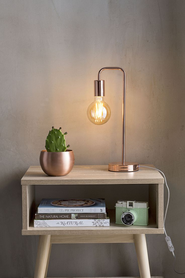Si todavía no te atreves a cambiar mucho el estilo de tu decoración, un lámpara  estilo cobre le dará personalidad a tu velador. #EasyTienda #Decoración #Iluminación #Velador