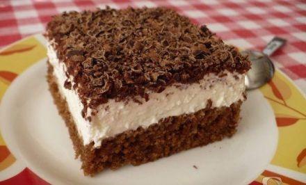zakusok so zakysanou smetanou TĚSTO: 1 balíček prášku do pečiva 100 g cukru krupice 100 ml vody 200 ml oleje 2 lžíce kakaa 3 vejce 150 g hladké mouky KRÉM: cukr, rum, 2 kelímky zakysané smetany, 2 kelímky pomazánkového másla 1 – 2 kelímky smetany ke šlehání NA OZDOBU: 2 balíčky hořké čokolády