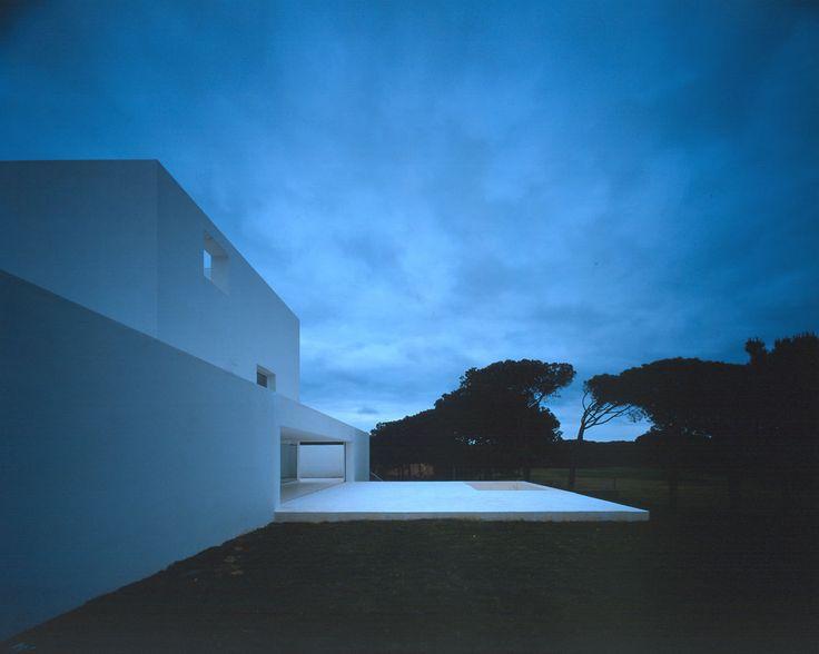 La luz, la intensa luz de Cádiz, es el material principal con el que se levanta esta casa, que es un espacio diagonal atravesado por la luz diagonal. La planta es un cuadrado dividido en dos mitades, o mejor todavía, en cuatro partes iguales. La mitad de