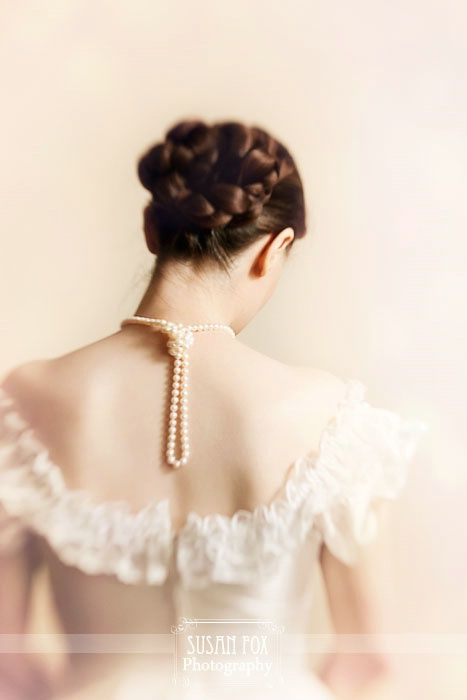 Marianne, her neck with pearls given by Darius.