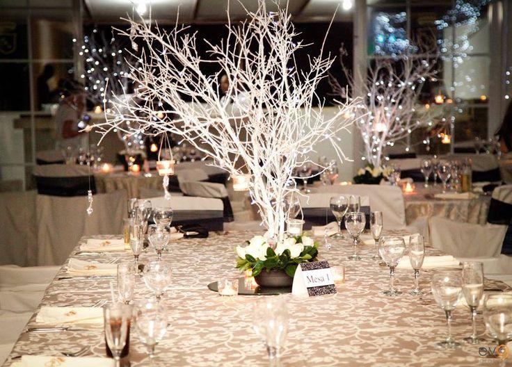 Centro de mesa con ramas secas luces y rosas more than for Decoracion con ramas secas