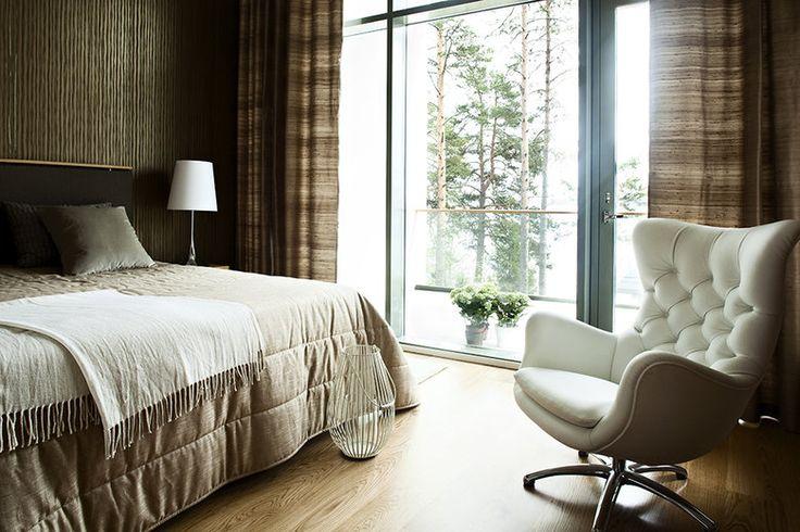 Makuuhuoneen isosta ikkunasta avautuu upea järvimaisema, lisää ideoita www.lammi-kivitalot.fi