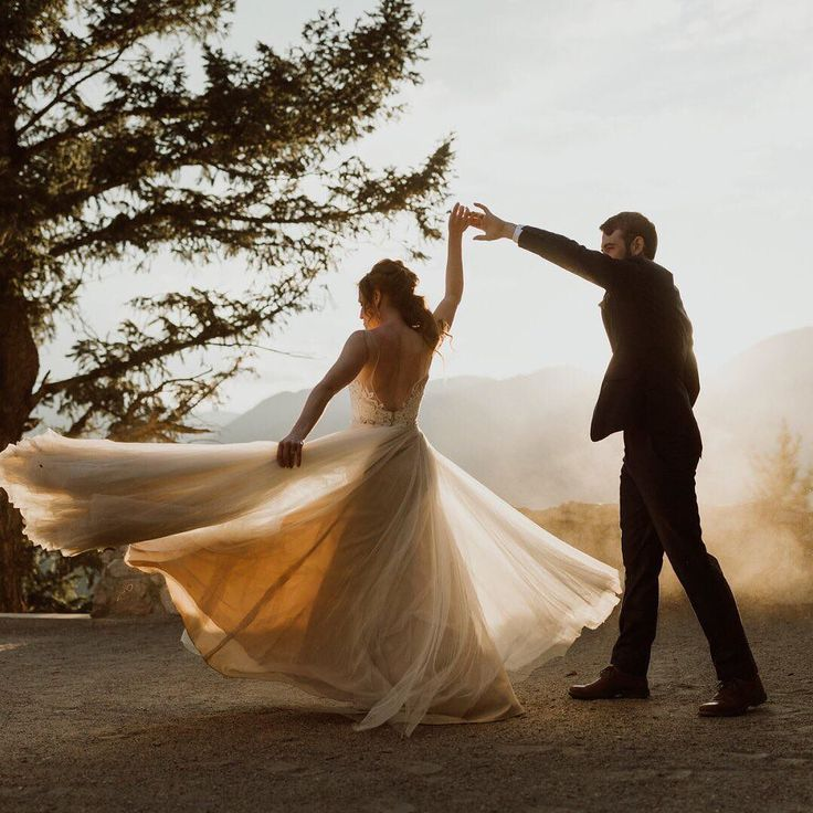 An ethereal moment perfectly caught in time. (: @cedarandpines | link in bio to shop the Heritage Gown)
