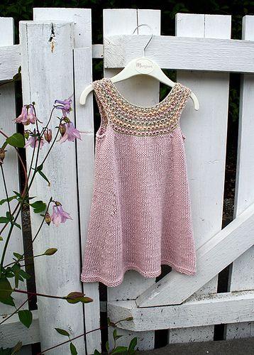 Cute little girl dress. Free knitting pattern.
