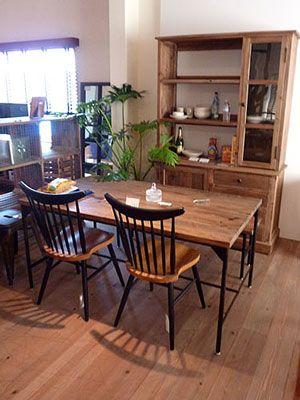 木の素材感がなんともいい感じのRusthic Styleのダイニングテーブル ブラック色のスチール脚がなんともシャビーシックでとってもいいですよ♪   素朴なラスティックスタイルにピッタシのパイン古木をつかったダイニングテーブル!  やわらかな木目や節に、使い込んだ感のある廃れた風合いを出すことで、「雑貨テイストが好き。」と思われてる方に是非おすすめ! 素材の持ち味をそのまま感じて頂きたいという思いから、材料は、主に古木を使っています。  出来るだけ自然のまま、素顔のままをテーマに、手作業の仕上げが残るような仕上がりになっています。シャビーなパイン古材のラスティックダイニングテーブル - 手作りカントリー家具と雑貨の~森のくに~
