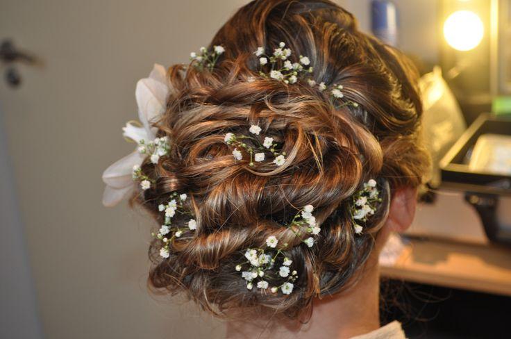 Bruidskapsel geheel opgestoken met gipskruid en orchidee. Wedding hair updo with real flower by Bruid en Beauty Almere