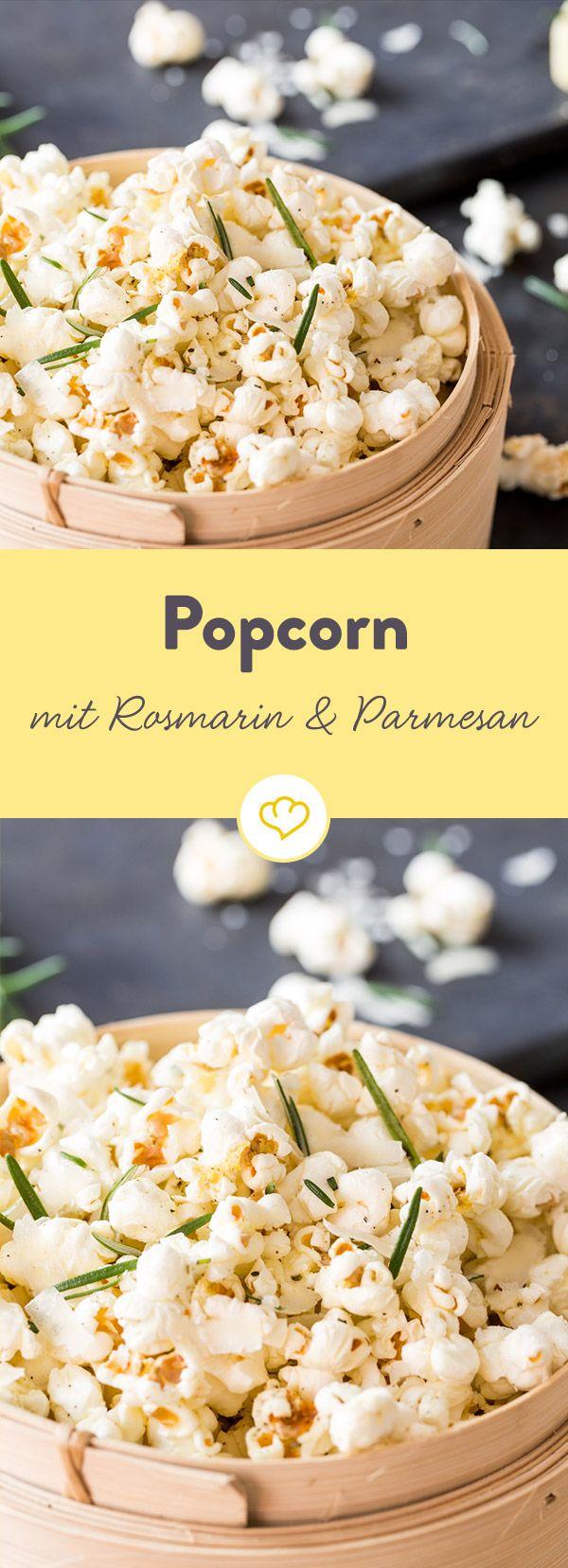 Popcorn karamellig süß? Nein, danke. Der fluffige Filmsnack soll heute mal herzhaft sein mit Salz, Pfeffer, Rosmarin und ein wenig geriebenem Parmesan.
