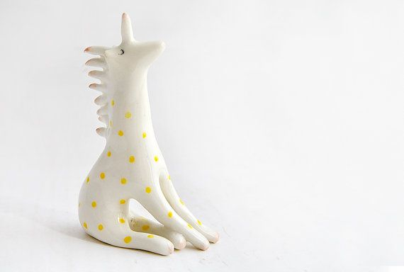 Figura de Unicornio en Cerámica Blanca Decorado con por Barruntando