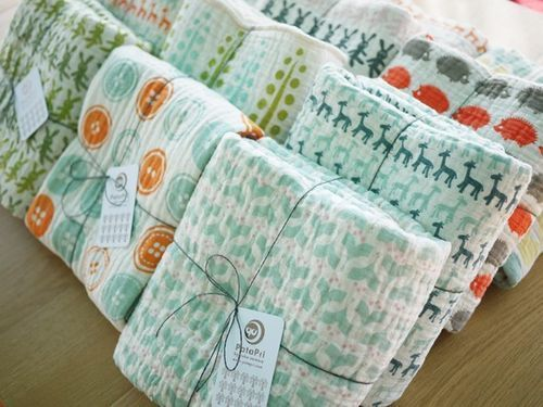 Nice simple way to package and label baby blankets. They're kept tidy on your craft fair table but shoppers can easily see the different prints