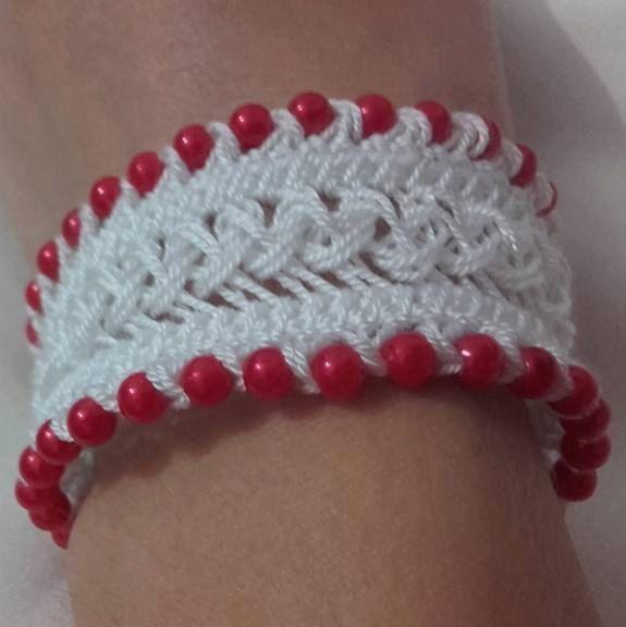 Braccialeto a uncinetto , colore bianco ,con perline colore rosso di SaNaMarket…