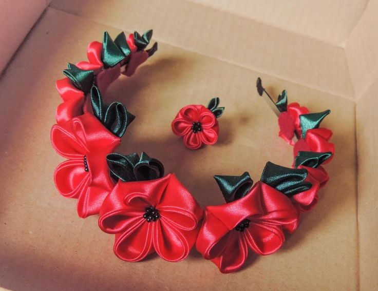 Red kanzashi flowers on a headband - Floronita rosie - cordeluta cu flori textile