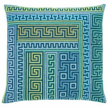 15-74-0303 Broderipakning - Pude - A la greque - blå  Fru Zippe - design Pelse Asboe  Str. 42 x 41 cm.  Broderes med korssting på stramaj med 2,6 tr. pr. cm.  Pakken indeholder billede, stof, mønster, flora uld samt en nål.