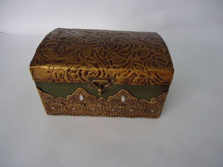 Bau com textura dourada e verde envelhecida . www.elo7.com.br/esterartes