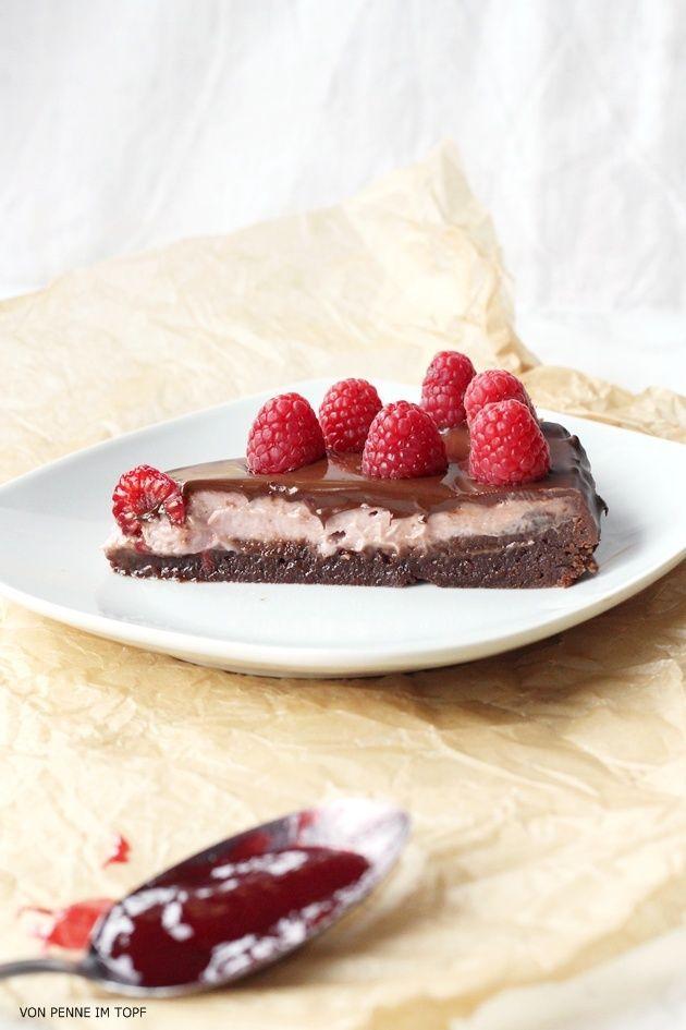 Heute gibt´s was auf die Hüften! Und zwar einen köstlichen Cheesecake. Nein, einen Brownie. Ähm. BEIDES!!     Der Boden besteht nämlic...