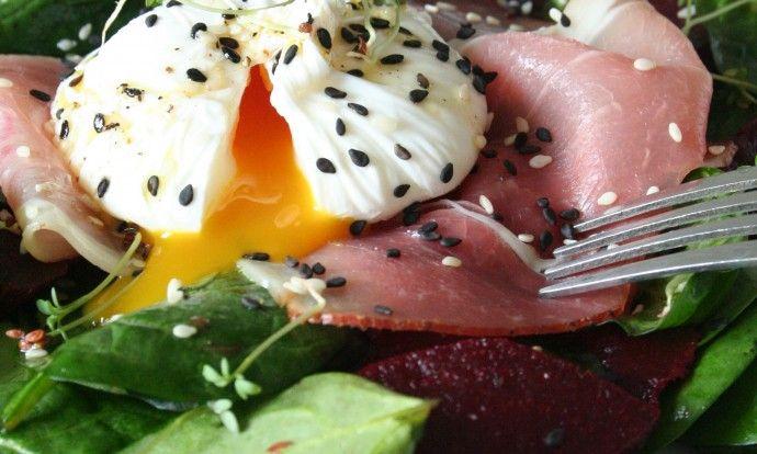 Špenátový salát se zastřeným vejcem