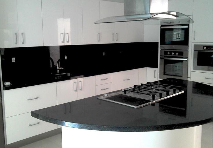 Otra cocina blanca con negro dise o pinterest for Marmol blanco con vetas negras