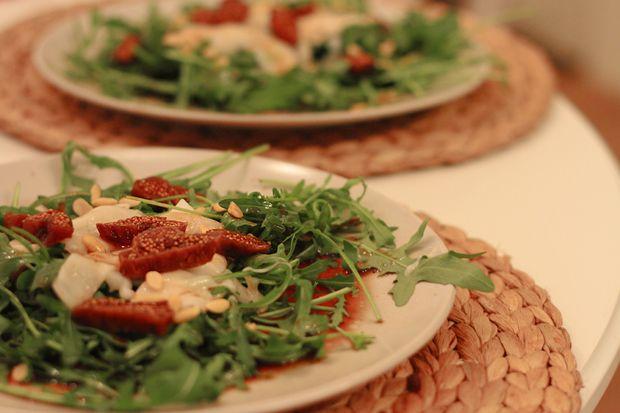 Rucola, Rotwein-Ingwer-Dressing, gegrillter Ziegenkäse, Feigen und geröstete Sojakerne