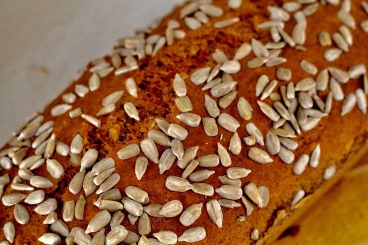 Lovade ju att ge dig ett recept på ett bröd som jag typ slänger ihop flera ggr i veckan. Jag älskar det här brödet och har typ svårt att låta bli och ta fler....  Havrelimpa 1 st 8 dlhavregryn (mixas till mjöl) 2 tsk bikarbonat 1,25tsk salt 3 ägg 4 dlvaniljyoghurt  Gör såhär:  1) Mix