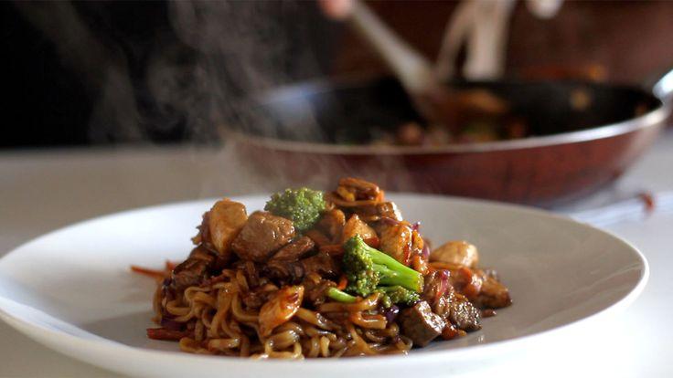 Receita com instruções em vídeo: Yakisoba é uma delícia!  Ingredientes: 1 cenoura, 1 brócolis, 1/2 repolho roxo, 200g de peito de frango, 200g de alcatra, ½ pacote de macarrão yakisoba, Sal, Pimenta preta, 50g de óleo de gergelim, 50ml óleo, 50ml de molho de soja