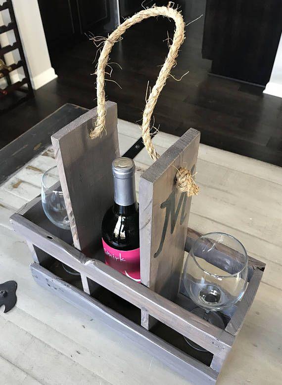 Shabby chique monogramed houten wijn caddy met een rustieke voldoet aan strand thema, maakt een geweldige bruiloft of Inwijdingsfeest cadeau. Deze wijn luchtvaartmaatschappij houdt 1 tot en met 3 flessen wijn en/of wijn glazen Het is perfect voor uw huis onderhoudend of een geweldig cadeau. Objectgegevens: De caddy meet 14 x 14 x 5 diepe hoog breed, het item is leisteen grijze vlek afgewerkt met glans polyurethaan voor duurzaamheid. Geef het Monogram u graag over de caddy in de toelich...