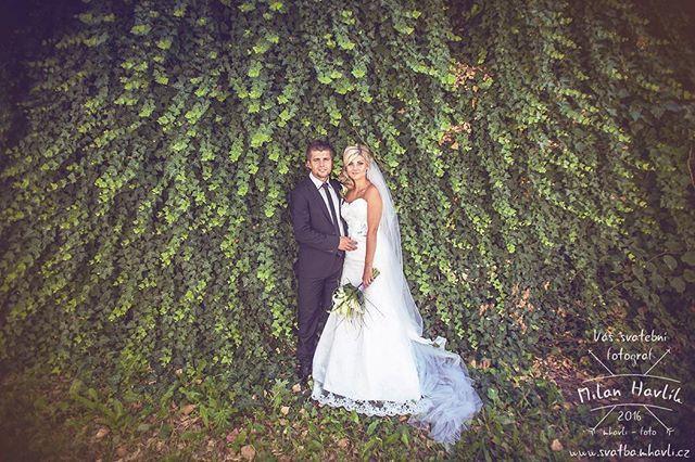 Ty nejlepší svatební fotky občas vznikají na místech, kde to kolikrát ani fotograf nečeká. Tato fotka ze svatby Karolíny a Marka vznikla třeba u zdi na parkovišti... #svatba #wedding #svatebnifoto #weddingphoto #svatebnifotograf #weddingphotographer #zenich #nevesta #jindrichuvhradec #jhradec #jh #netradicnizaber #netradicnimisto #mamsvojipracirad #fotiltomilan