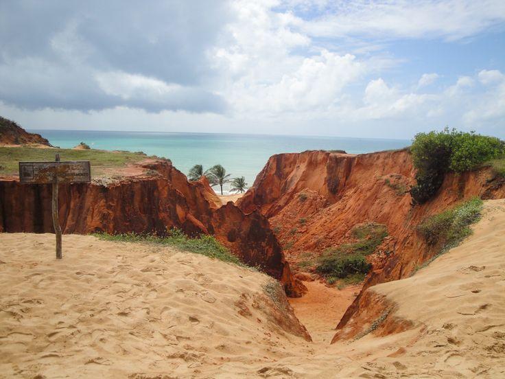 O Morro Branco fica em Fortaleza/CE - Saiba mais sobre as falésias em: http://blog.planoeplano.com.br/index.php/viaje-por-sao-paulo/falesias-voce-conhece/
