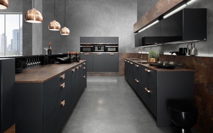 Wem Gold zu opulent und Silber zu kühl ist, könnte an Kupfer Freude haben. Das Material zieht in die Lifestyle-Küchen 2015 ein. Hier von rational Küchen umgesetzt – besonders edel und prestigeträchtig in der Kombination mit Schwarz Supermatt.