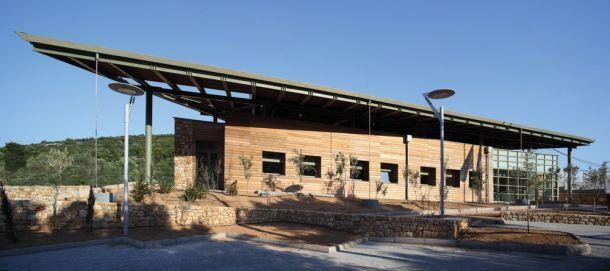 Στόχος της μελέτης ήταν το κτήριο να ενταχθεί στο φυσικό περιβάλλον και να δημιουργήσει ευνοϊκές συνθήκες άσκησης και απασχόλησης των παιδιών στον εξωτερικό περιβάλλοντα χώρο...
